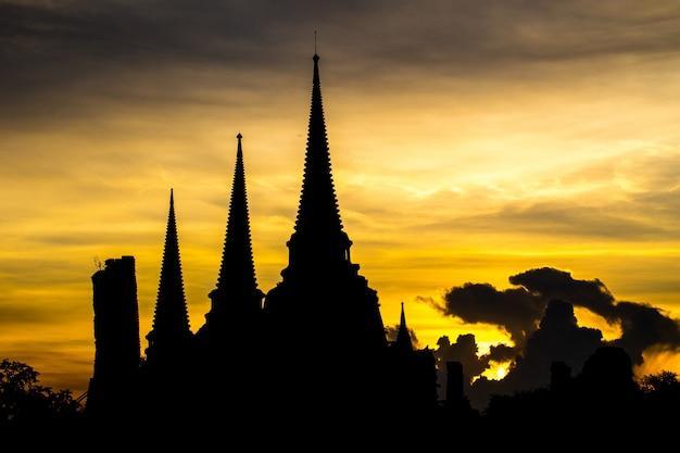 Phra sri sanphet temple in the evening in ayutthaya, thailand Premium Photo