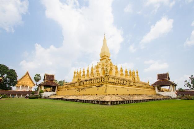 ラオス人民民主共和国、phra that luangは金で覆われた大きな仏教仏塔です。 Premium写真