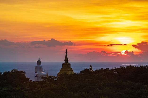 Статуя и пагода будды на высокой горе в национальном парке phu-lang-ka, таиланде. Premium Фотографии