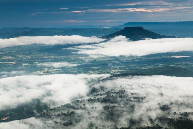 タイ、ロイ県、phu-luangの高山に霧の風景の海。 Premium写真