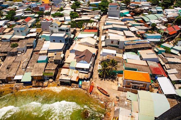 フーコック、ベトナム。漁村平面図でスラム街。海の海岸風景トップビュー。 Premium写真