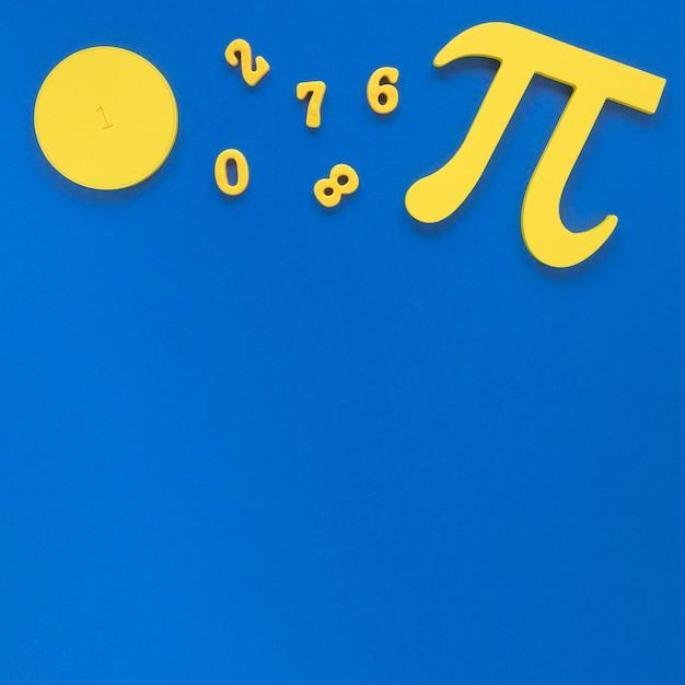 Simbolo e numeri di pi sul fondo blu dello spazio della copia Foto Gratuite