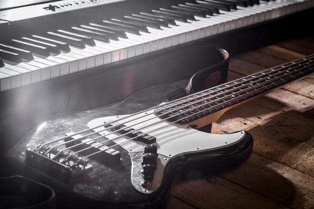 ピアノと木製の背景のクローズアップのギター 無料写真