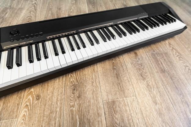 Фортепиано и фортепианная клавиатура Premium Фотографии