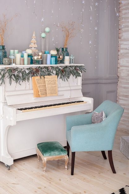 Piano in room decorated candles for christmas Premium Photo