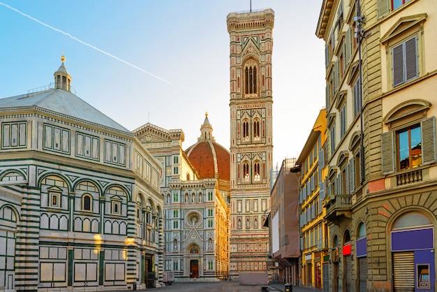 ドゥオーモ広場とイタリア、フィレンツェのサンタマリアデルフィオーレ大聖堂 Premium写真