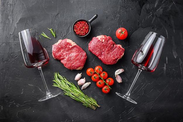 Сырые органические стейки из говядины picanha с приправами, розмарином и чесноком Premium Фотографии