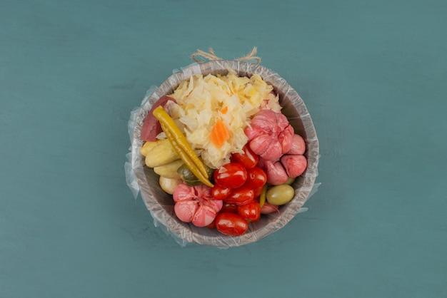 Маринованные помидоры, оливки, чеснок, капуста, огурцы в деревянном ведре. Бесплатные Фотографии
