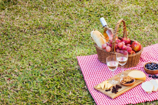 Picnic basket on kitchen cloth with copy space Free Photo