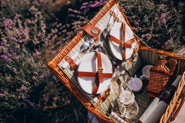 Набор корзин для пикника, изолированных в поле лаванды Бесплатные Фотографии