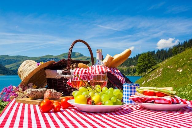 背景に湖とフランスの高山の山でのピクニック Premium写真