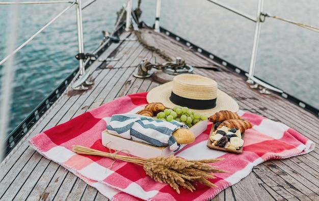 Пикник на яхте в летнее время Premium Фотографии