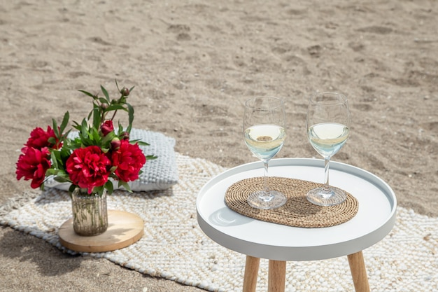 꽃과 함께 피크닉과 샴페인 한 잔. 휴일의 개념. 무료 사진