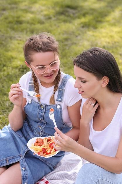 ピクニック。公園の女性 無料写真