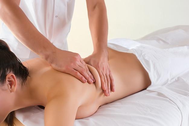L'immagine di bella donna nelle mani del salone e del maschio di massaggio si chiude su Foto Gratuite