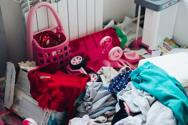 Immagine della stanza dei bambini di una ragazza con un forte disordine Foto Gratuite