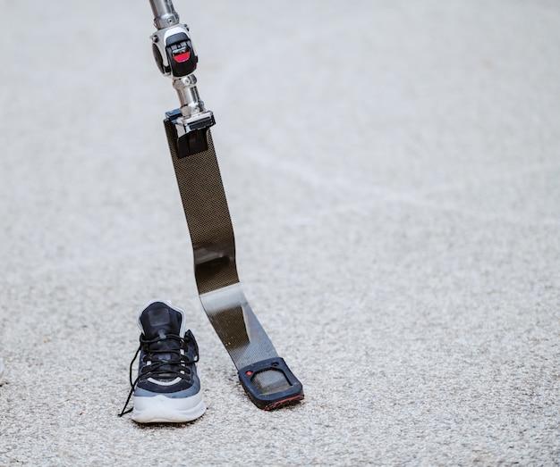 隣の義足とスニーカーの写真。 Premium写真