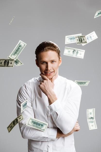 Картина привлекательного кавказского человека с деньгами Бесплатные Фотографии