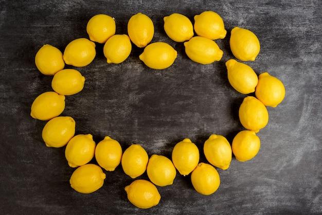 灰色の表面のレモンの画像 無料写真
