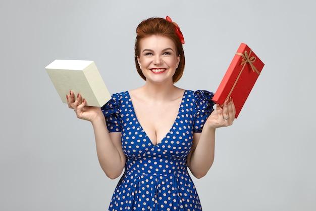 행복하게 웃고, 진정한 진정한 감정을 보여주고, 선물 상자를 들고, 생일에 오랫동안 기다려온 가제트를받는 빈티지 복장을 입고 기뻐 흥분된 젊은 유럽 여성의 사진 무료 사진
