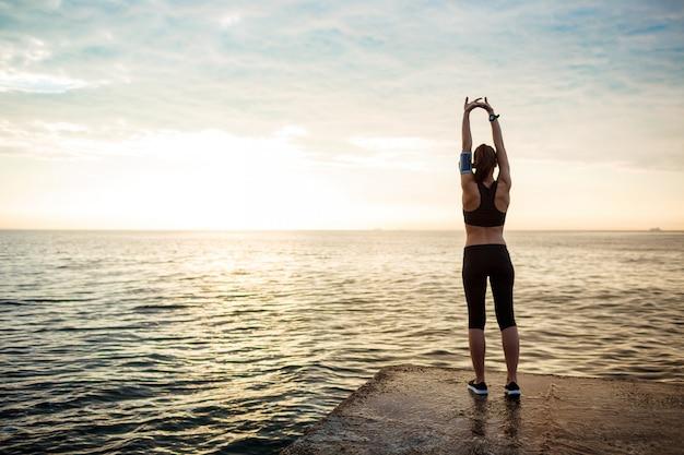 若い美しいフィットネス女性の写真はスポーツの練習になります 無料写真