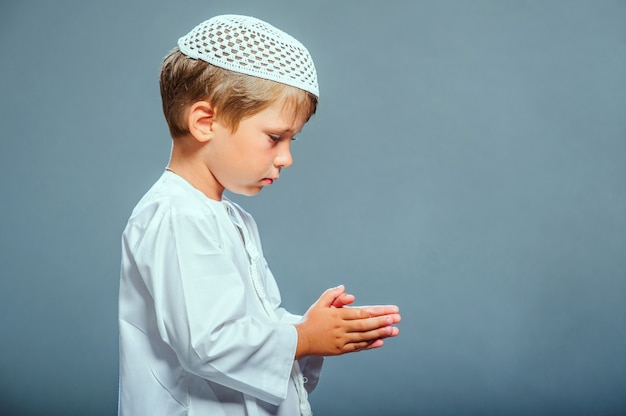 Picture of praying middle eastern boy. Premium Photo