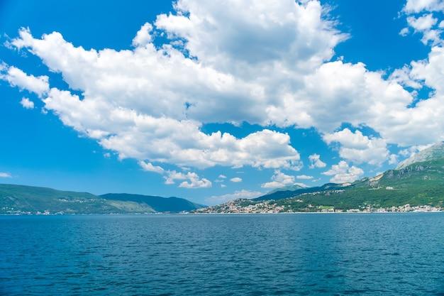 화창한 날씨에 그림 같은 Boka Kotor Bay. 프리미엄 사진