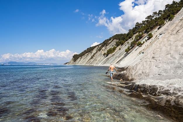 겔 렌지 크 리조트 인근의 바위 기슭에있는 그림 같은 야생의 돌 해변. 프리미엄 사진