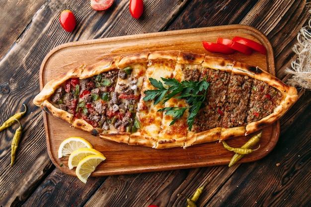 Pide турецкий лепешка с мясом Premium Фотографии