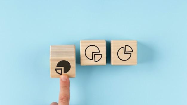 木製の立方体の配置の円グラフ 無料写真