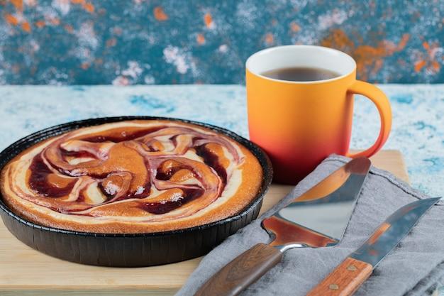 복숭아와 차 한잔과 함께 검은 냄비에 파이. 무료 사진
