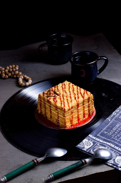 ソースをかけたケーキ 無料写真