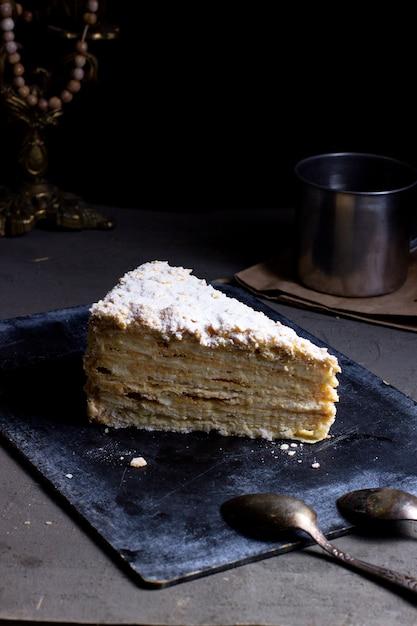 粉砂糖を上に乗せたケーキ 無料写真