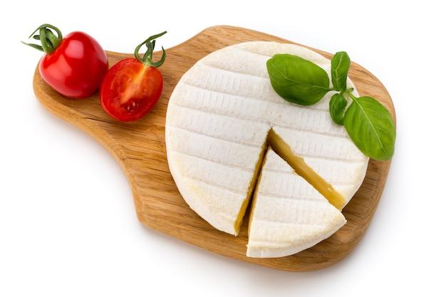 Кусок сыра камамбер, изолированные на белом фоне Premium Фотографии