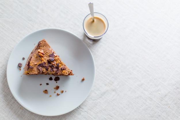 ナッツとエスプレッソが入った自家製チョコレートケーキをすぐに召し上がれます Premium写真