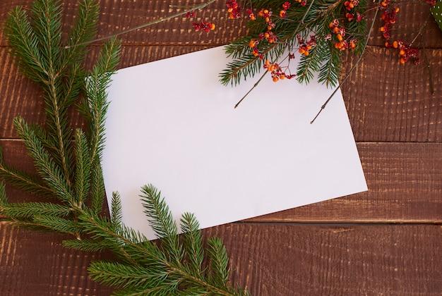 Pezzo di carta con rami verdi Foto Gratuite