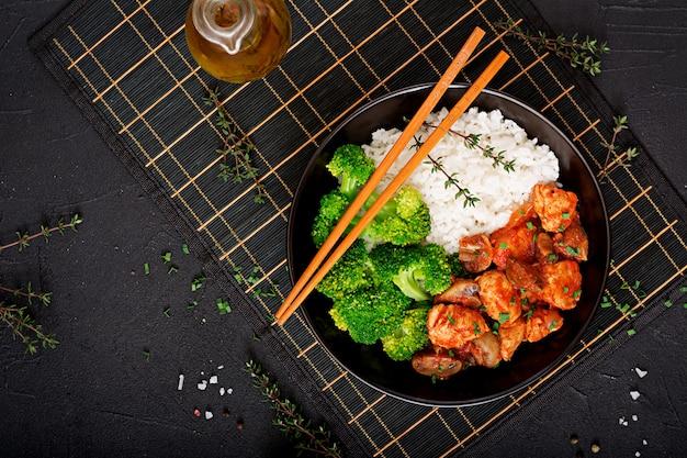 Кусочки куриного филе с грибами, тушенные в томатном соусе с отварной брокколи и рисом. правильное питание. здоровый образ жизни. диетическое меню. вид сверху Бесплатные Фотографии