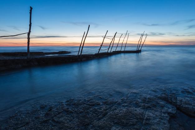 クロアチア、イストリア半島のサヴドリアのアドリア海の美しい夕焼け空の下の桟橋 無料写真