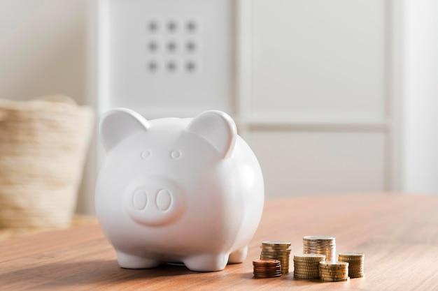 Salvadanaio con pile di monete Foto Gratuite
