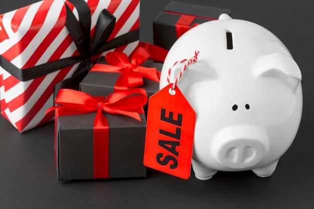 販売ラベルとギフトボックスの貯金箱 無料写真