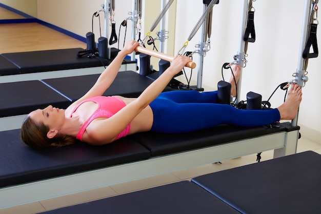 Pilates reformer woman roll up exercise Premium Photo