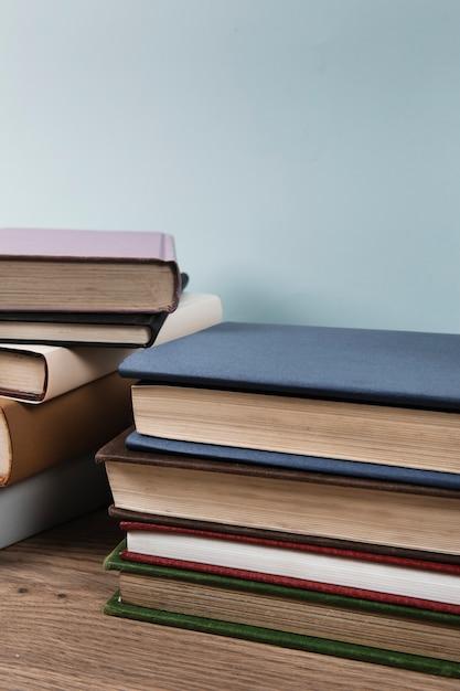 Pila di libri con spazio di copia Foto Gratuite