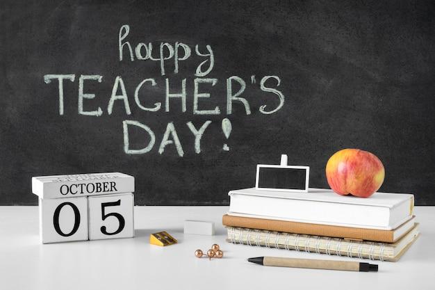 Куча книг и концепция счастливого дня учителя apple Premium Фотографии