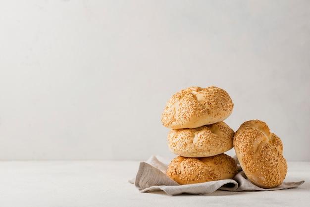 Куча булочек с кунжутом и белым фоном Premium Фотографии