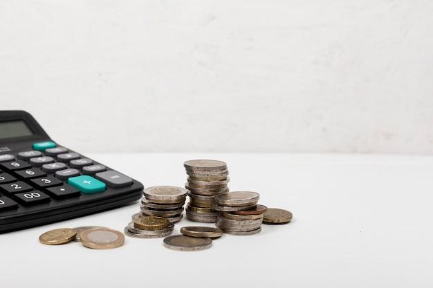 Куча монет и калькулятор Premium Фотографии