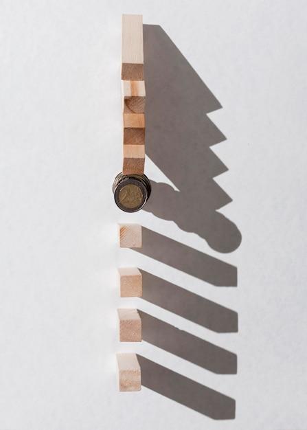 Куча монет, останавливая упавшие деревянные части вид сверху Бесплатные Фотографии