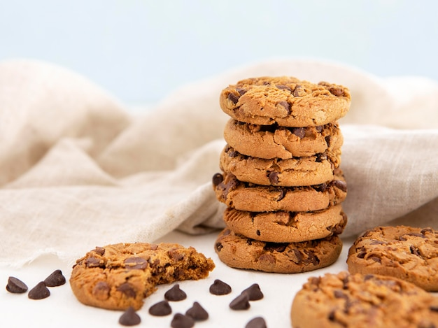 Куча печенья и надкушенное печенье Premium Фотографии
