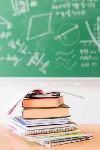 教室の机の上のノートの山 Premium写真