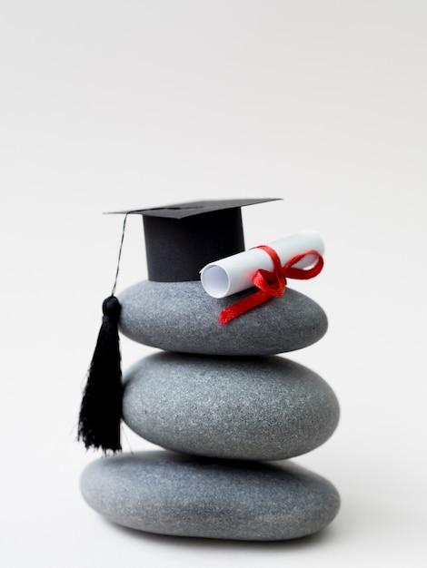 卒業の帽子と卒業証書と岩の山 Premium写真