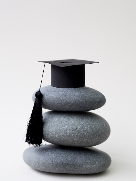 卒業の帽子と岩の山 Premium写真
